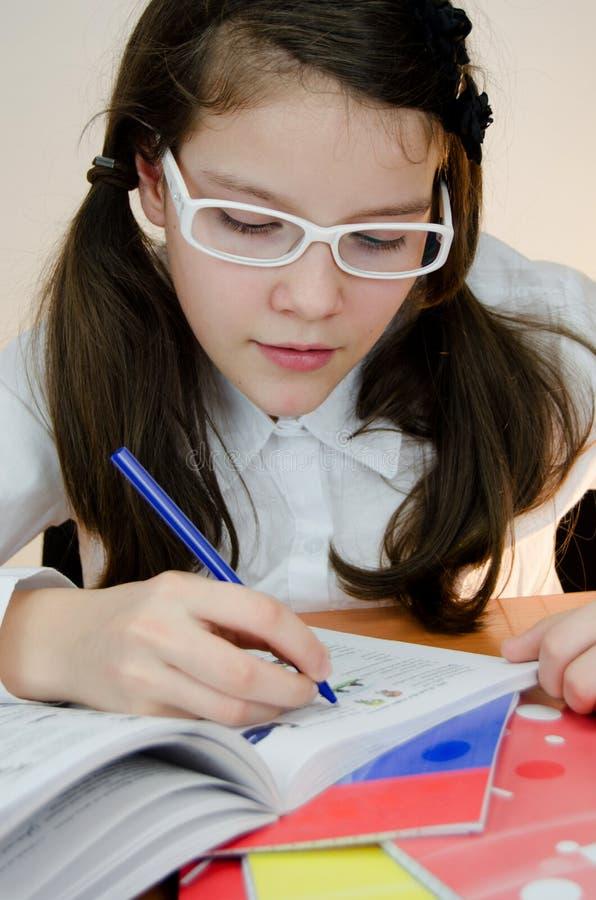 Flicka som gör läxa royaltyfria foton