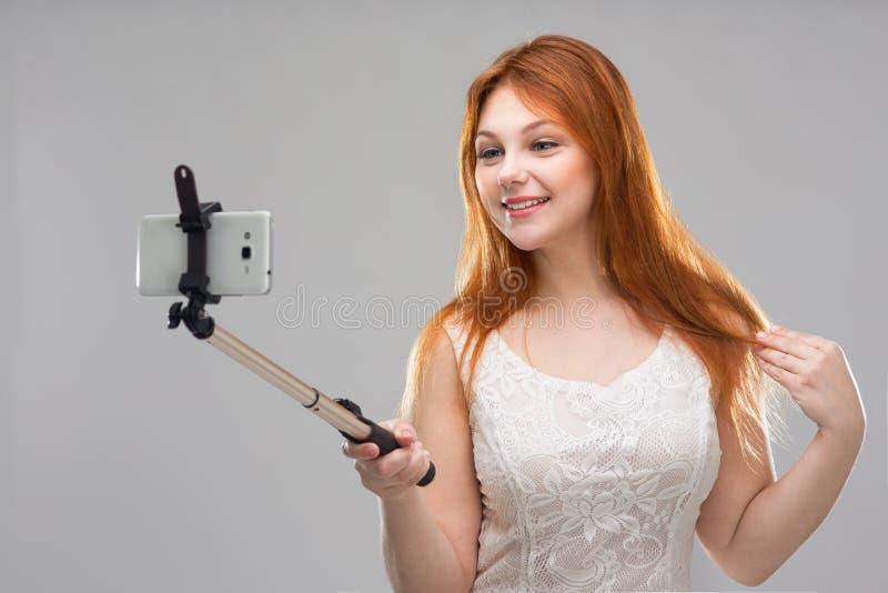 Flicka som gör selfie med din telefon arkivfoton