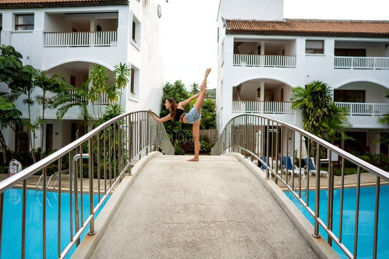 Flicka som g?r yoga p? stranden arkivfoto