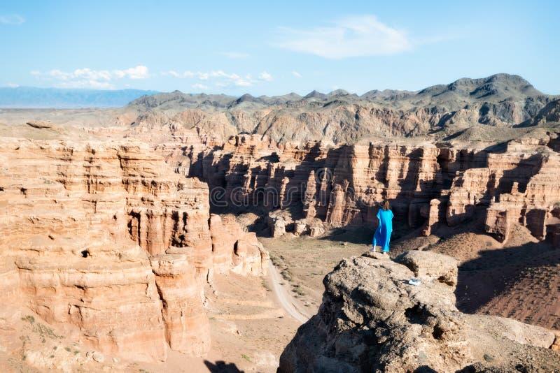 Flicka som håller ögonen på över den Charyn kanjonen i tagna sydostliga Kasakhstan arkivbilder