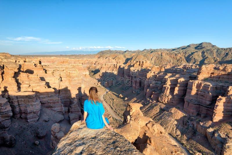 Flicka som håller ögonen på över den Charyn kanjonen i tagna sydostliga Kasakhstan arkivfoto