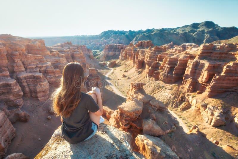 Flicka som håller ögonen på över den Charyn kanjonen i tagna sydostliga Kasakhstan royaltyfri bild