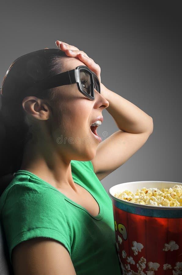 Flicka som håller ögonen på bion 3D royaltyfri bild