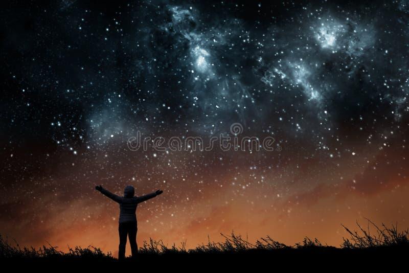 Flicka som håller ögonen på stjärnorna arkivfoto