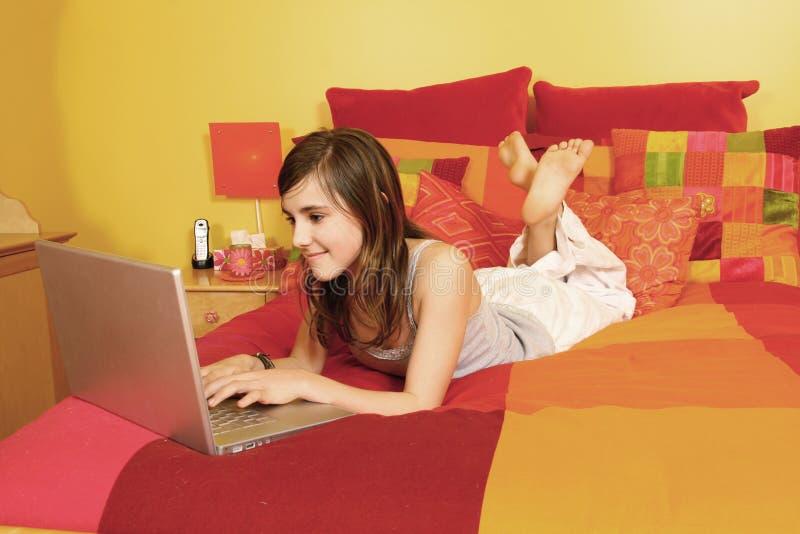 flicka som har bärbar datormeddelandet royaltyfri fotografi