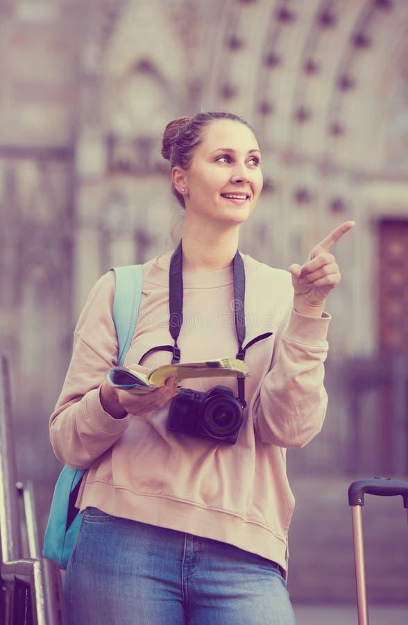Flicka som har broschyren och söker efter hennes rutt i stad fotografering för bildbyråer