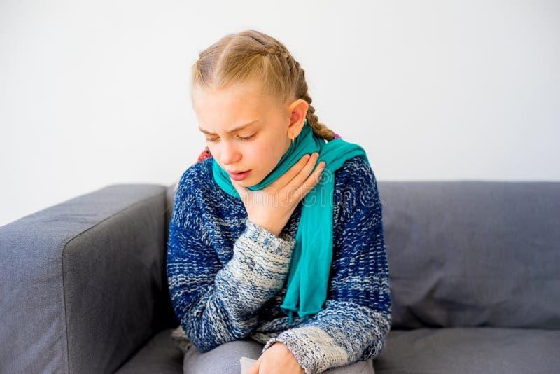 Flicka som har förkylning arkivbilder