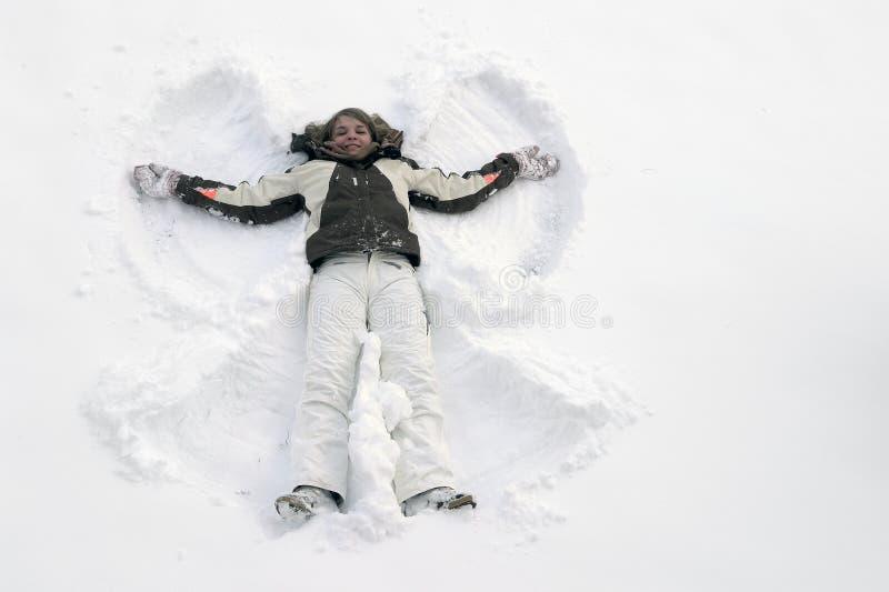 Flicka som har gyckel i snön fotografering för bildbyråer
