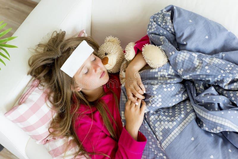 Flicka som har influensa royaltyfria foton