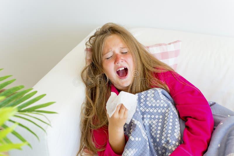 Flicka som har influensa royaltyfri fotografi