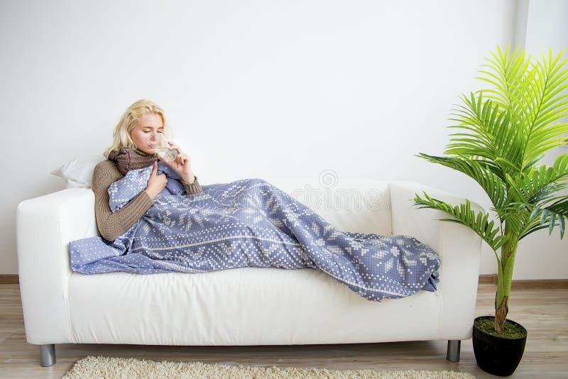 Flicka som har influensa royaltyfri bild