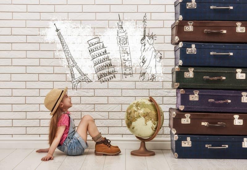 Flicka som har resväskor arkivfoto