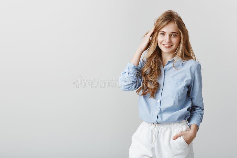 Flicka som har vanlig chit-pratstund med vänner Studioskott av den charmiga unga caucasian kvinnliga blondinen i blå blus royaltyfri fotografi