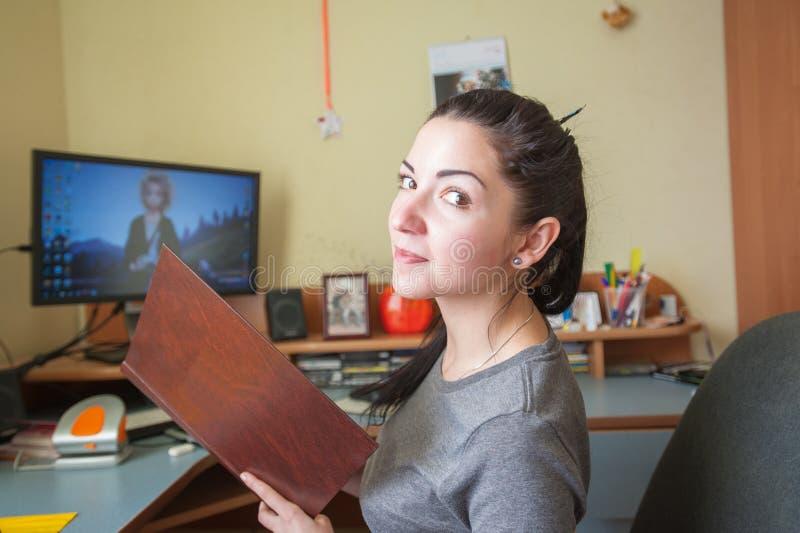 Flicka som hemma arbetar på en skrivbords- dator, en freelancer hemma Kvinnlig programmerare som arbetar p? den skrivbords- dator arkivfoto