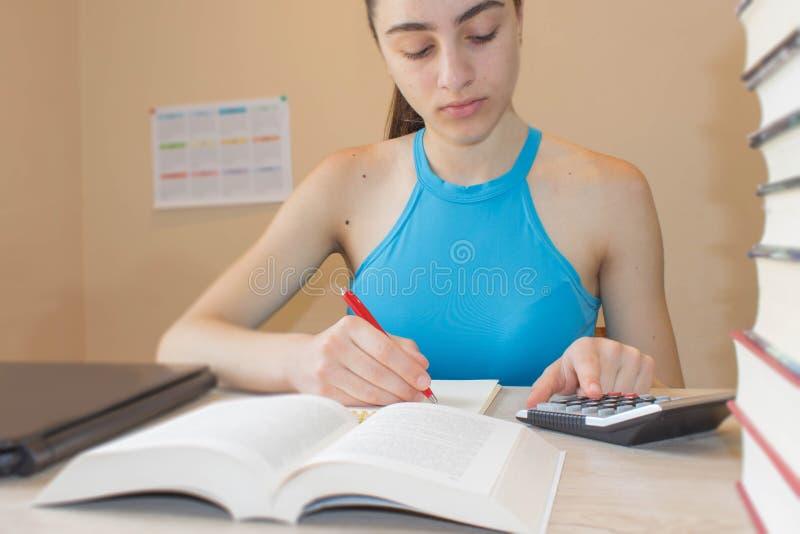 Flicka som hemma studerar på skrivbordet Tankar utbildning, kreativitetbegrepp royaltyfri foto