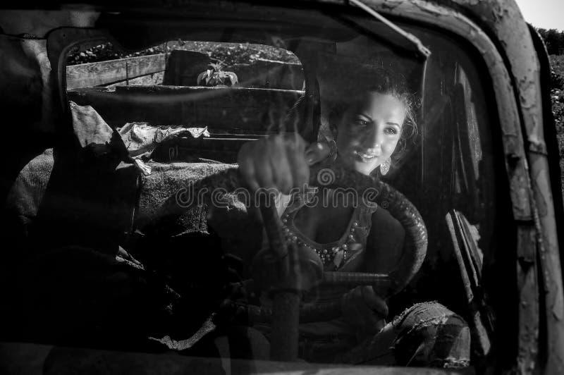 Flicka som kör den gamla sovjetiska lastbilen framförde den svarta bilden för begreppet 3d white arkivbild