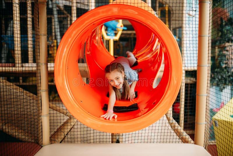 Flicka som klättrar labyrinten i modig mitt för barn fotografering för bildbyråer