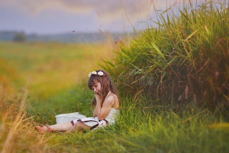 Flicka som kopplar av i gräs royaltyfria bilder