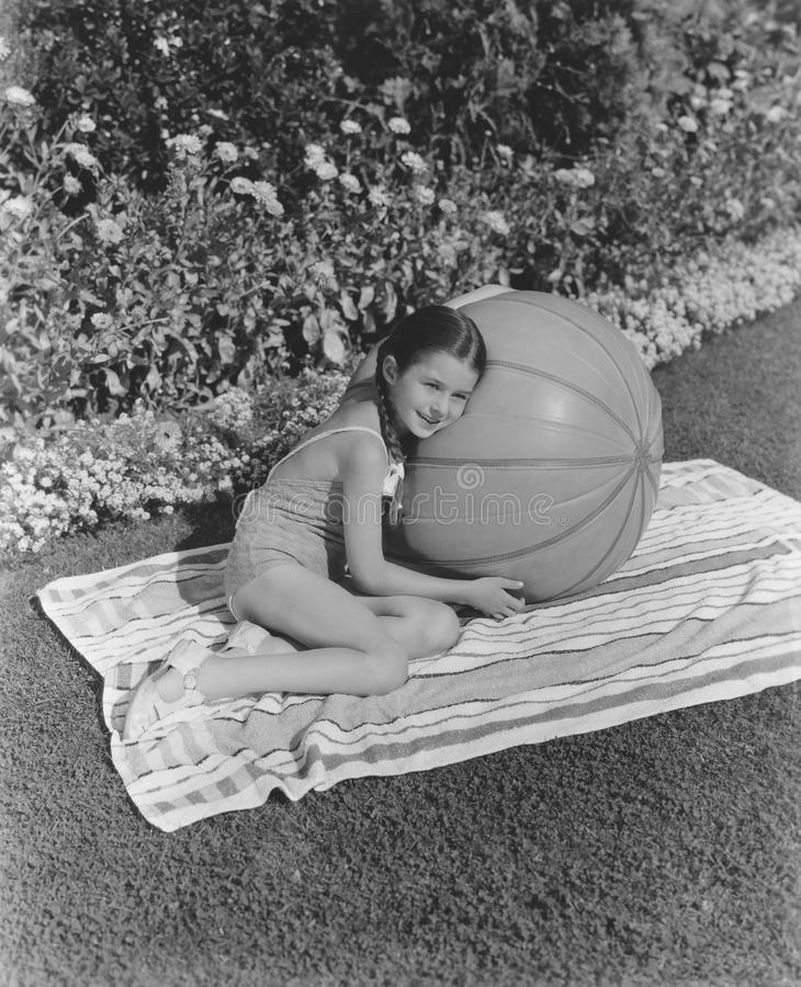 Flicka som kopplar av i hennes trädgård royaltyfria foton