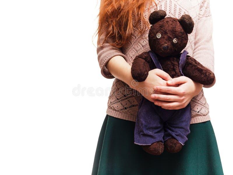 Flicka som kramar hennes favorit- nallebjörn royaltyfri bild