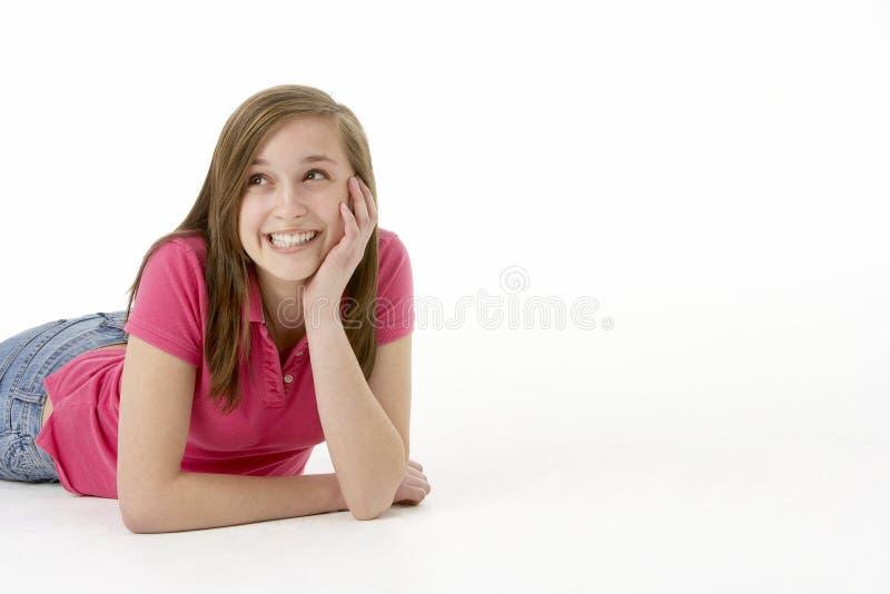 flicka som lägger den tonårs- magen royaltyfri bild