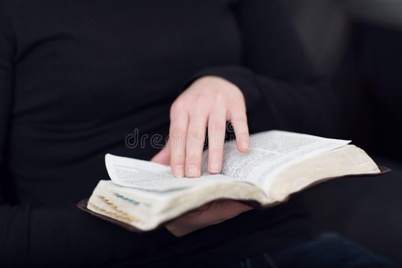 Flicka som läser bibeln royaltyfria foton