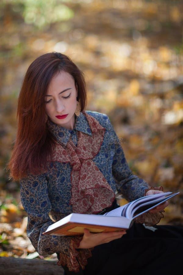 Flicka som läser en bok royaltyfri fotografi