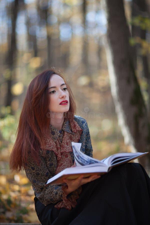 Flicka som läser en bok royaltyfria bilder