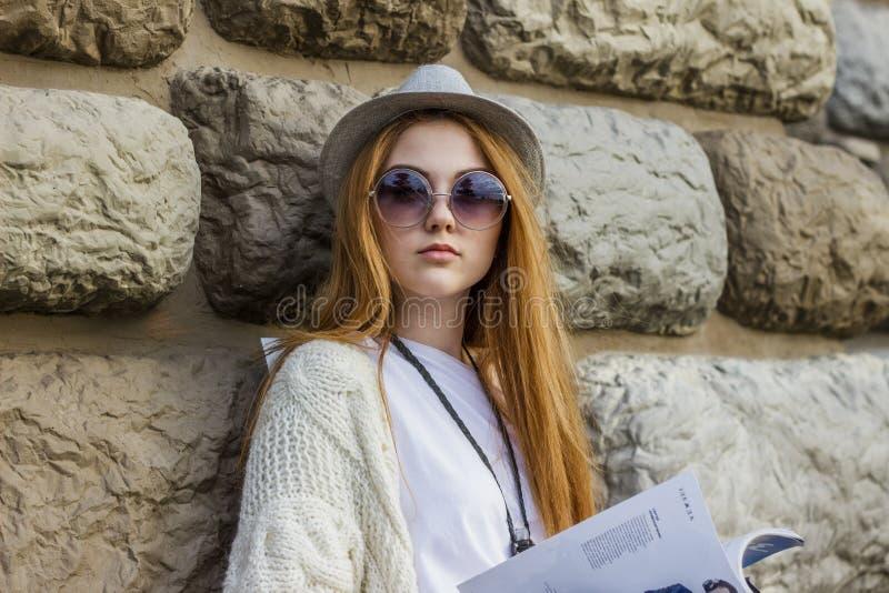Flicka som läser tidskriften arkivbild