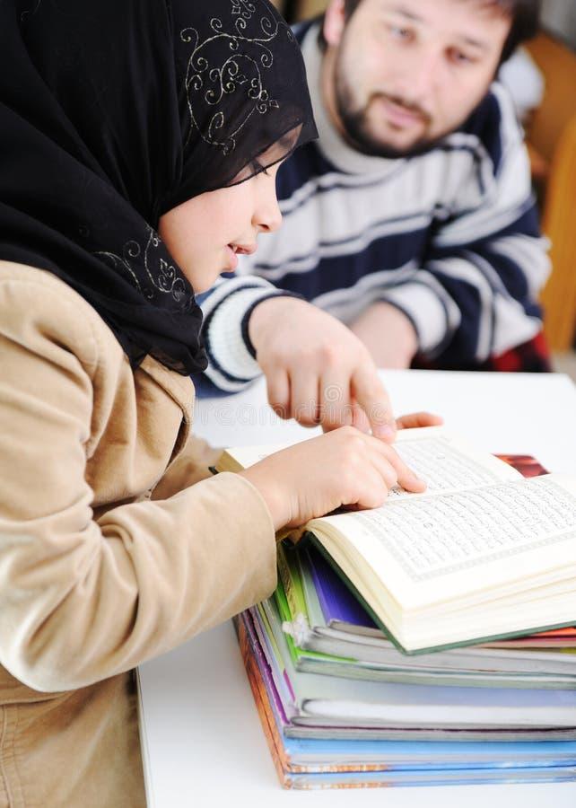 flicka som lärer muslim arkivbild