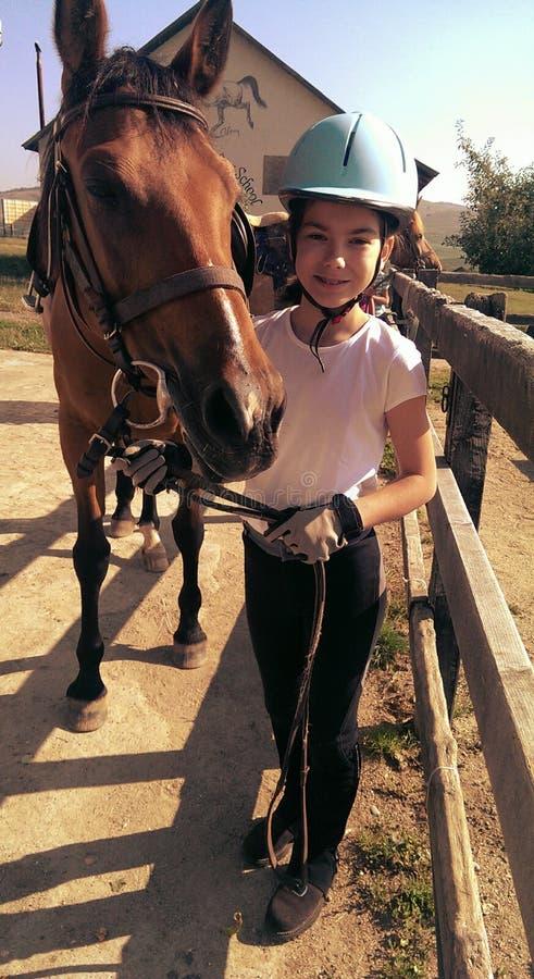 Flicka som leder hennes häst royaltyfri foto