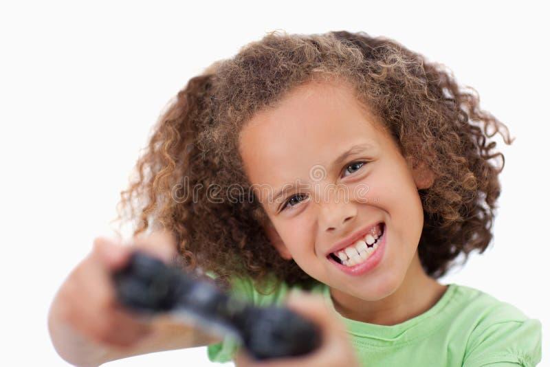 Flicka som leker en videospel royaltyfri fotografi