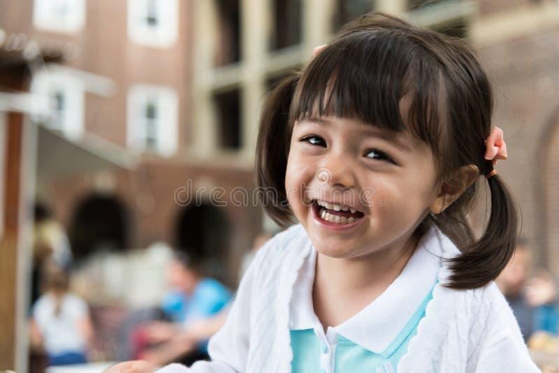 Flicka som ler och har en rolig dag arkivbilder