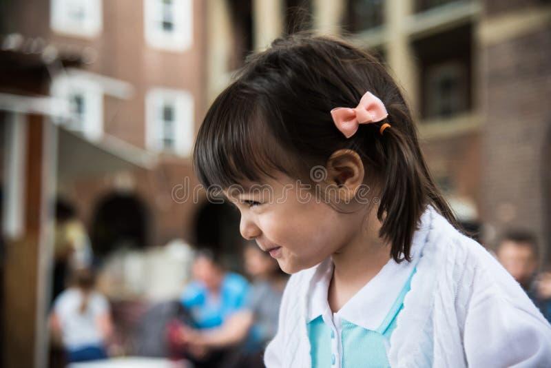 Flicka som ler och har en rolig dag fotografering för bildbyråer