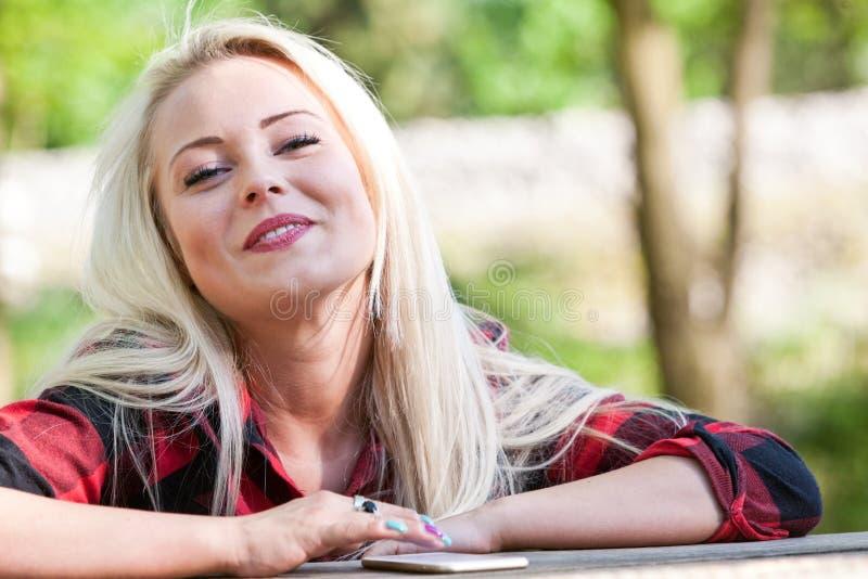Flicka som ler om något som är rolig arkivbilder