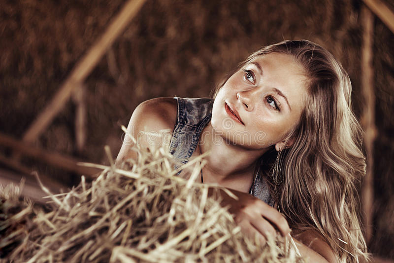 Flicka som ligger i sugröret royaltyfri bild