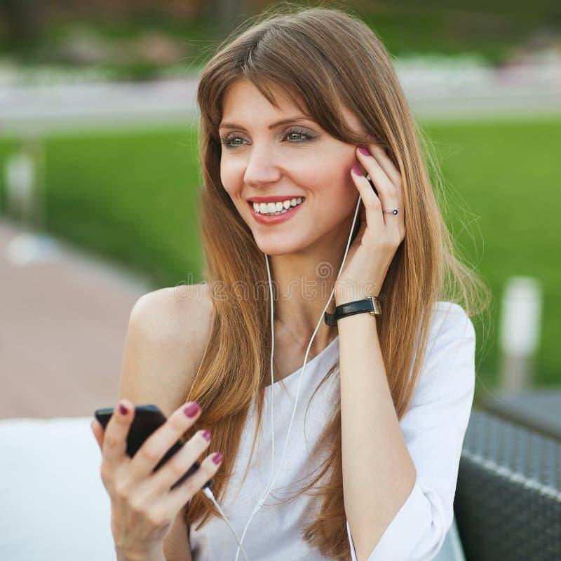 Flicka som lyssnar till spelaren MP3 royaltyfri fotografi