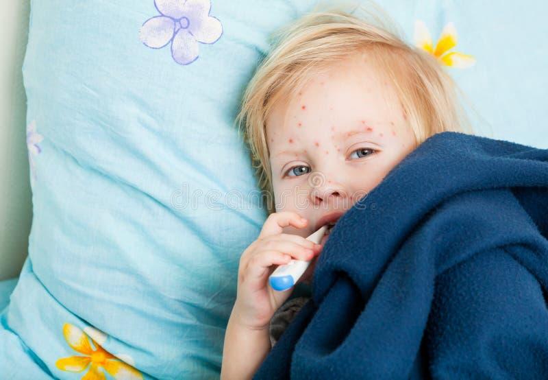flicka som mäter sjuk temperatur royaltyfri bild