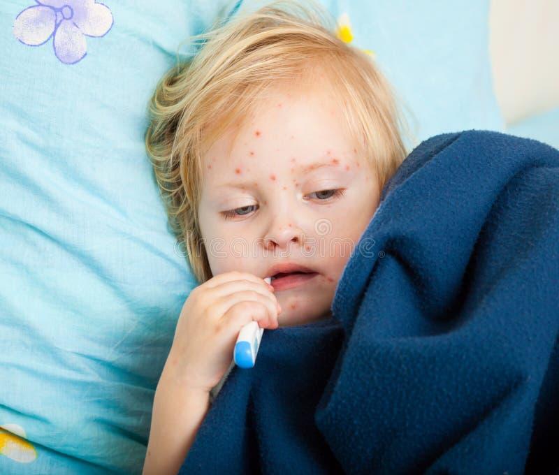 flicka som mäter sjuk temperatur royaltyfri foto