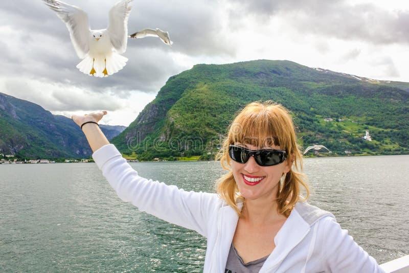 Flicka som matar en seagull royaltyfria foton