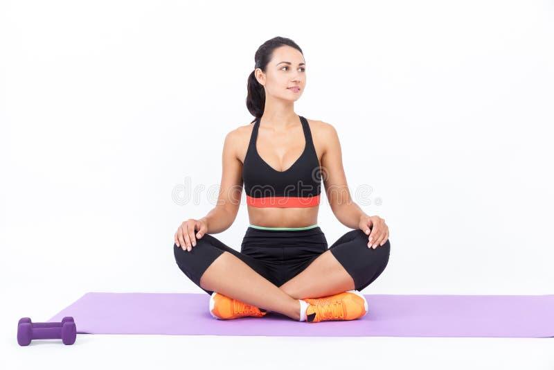Flicka som mediterar på mattt royaltyfri fotografi