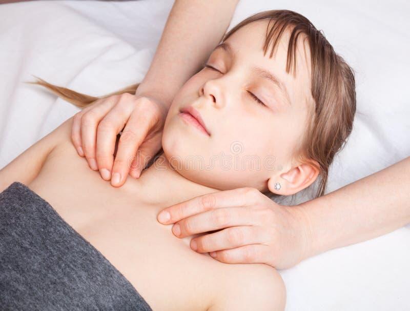 Flicka som mottar osteopathic behandling av hennes bröstkorg arkivfoton
