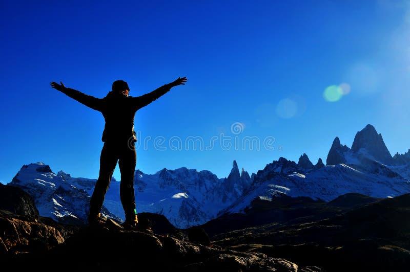 Flicka som når toppmötet av berget i El Chalten, Argentina arkivfoton