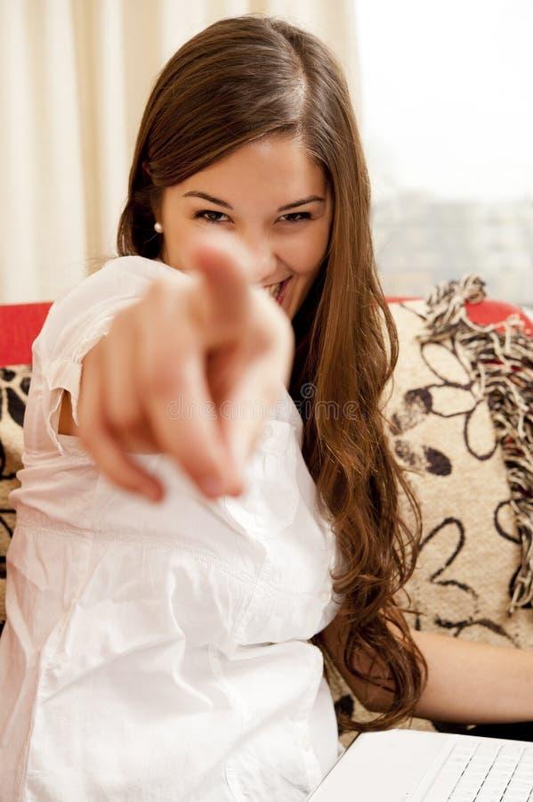 flicka som pekar dig royaltyfri bild