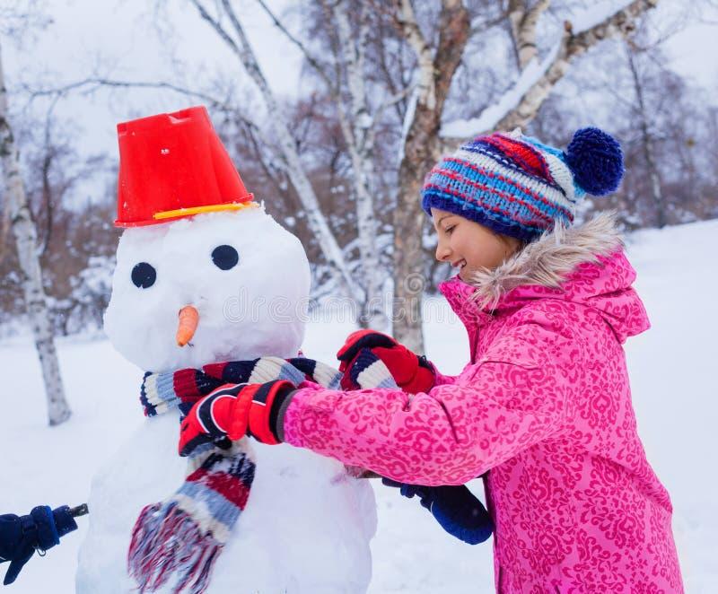 Flicka som plaing i snön arkivfoto