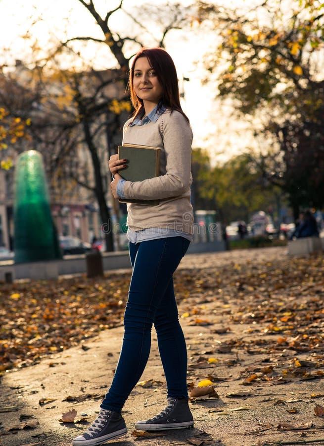 Flicka som plattforer med en bok royaltyfri bild