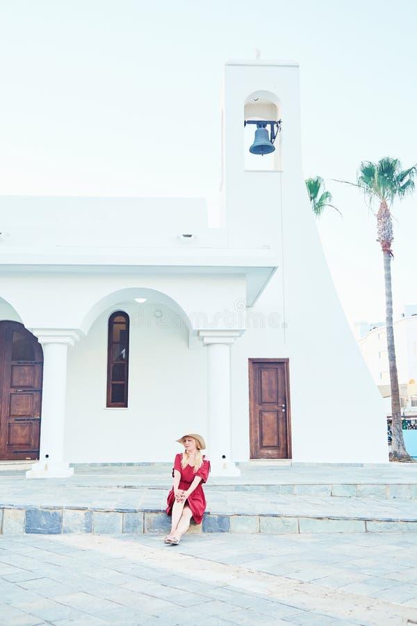 Flicka som poserar nära gammal kyrka royaltyfria bilder