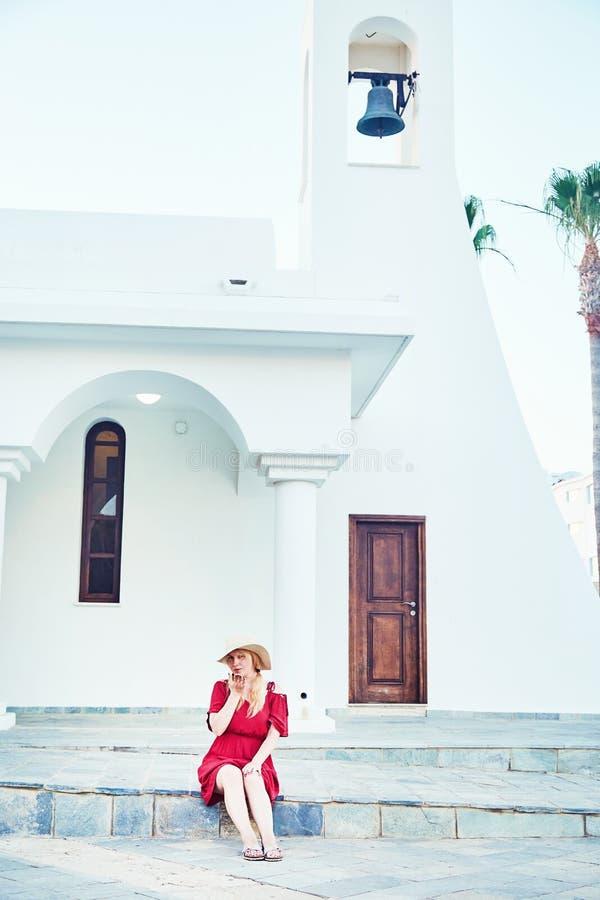 Flicka som poserar nära gammal kyrka fotografering för bildbyråer