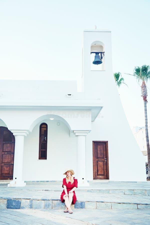 Flicka som poserar nära gammal kyrka royaltyfri foto