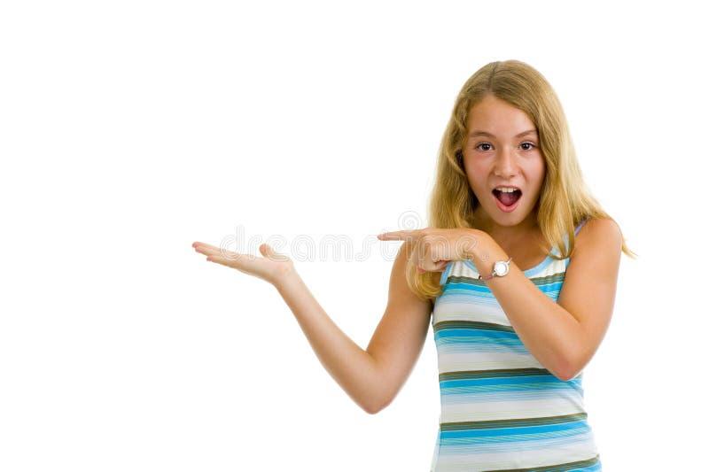flicka som presenterar produkttonåringen royaltyfria foton